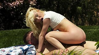 Blondie rides the cock in the park and ends by swallowing